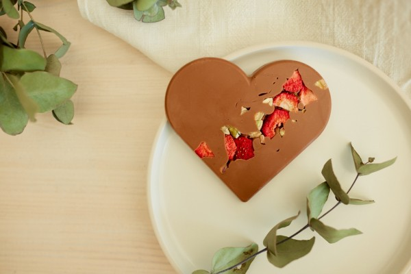 Schokoladen-Herz mit Erdbeeren & Pistazien